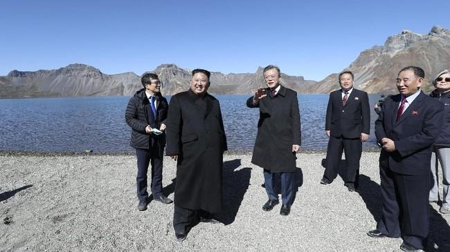 Pendakian ini dianggap semakin istimewa karena dilakukan sebagai penutupan lawatan tiga hari Moon ke Korut, di mana ia dan Kim membicarakan prospek perdamaian dan perlucutan senjata nuklir di Semenanjung Korea. (Pyeongyang Press Corps/Pool via Reuters)