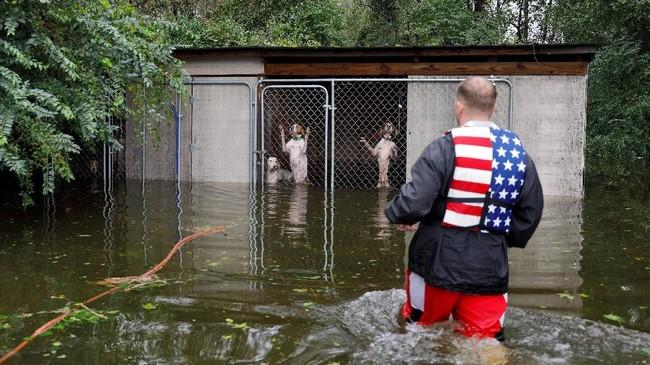 Sekitar tiga hari setelah badai menerjang North Carolina, para relawan itu akhirnya datang. (Reuters/Jonathan Drake)