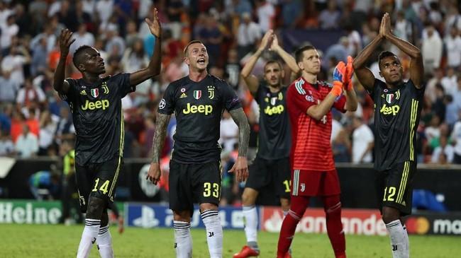 Sejumlah pemain Juventus merayakan kemenangan Valencia dengan suporter yang hadir di Stadion Mestalla. Juventus selanjutnya menghadapi Young Boys, 2 Oktober mendatang. (REUTERS/Sergio Perez)