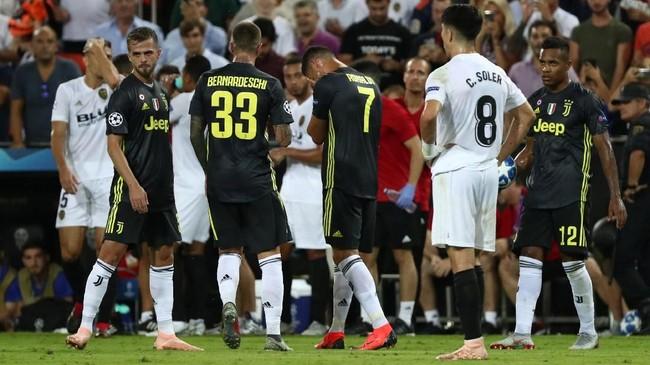 Cristiano Ronaldo tidak bisa menahan tangis usai mendapat kartu merah saat laga Valencia vs Juventus berjalan 29 menit. (REUTERS/Sergio Perez)