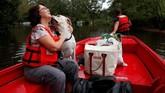 Sambil berbincang dengan warga sekitar, para relawan tetap memasang kuping, bersiap jika satu ketika mereka mendengar gonggongan anjing. (Reuters/Randall Hill)