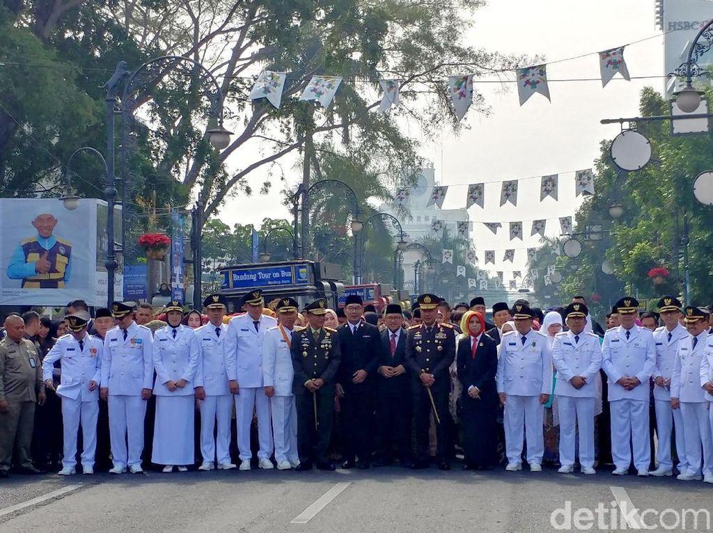 Potret Historical Walk Ridwan Kamil dan 6 Kepala Daerah Jabar