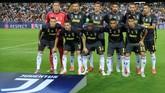 Para pemain Juventus berpose sebelum pertandingan melawan Valencia di Stadion Mestalla. (REUTERS/Heino Kalis)