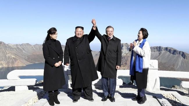 Mimpi nomor satu presiden Korea Selatan, Moon Jae-in, akhirnya terwujud setelah ia berhasil mendaki gunung Paektu di Korea Utara bersama Kim Jong-un. (Pyeongyang Press Corps/Pool via Reuters)