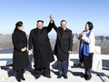FOTO: Wujudkan Mimpi, Moon Daki Gunung dengan Kim Jong-un