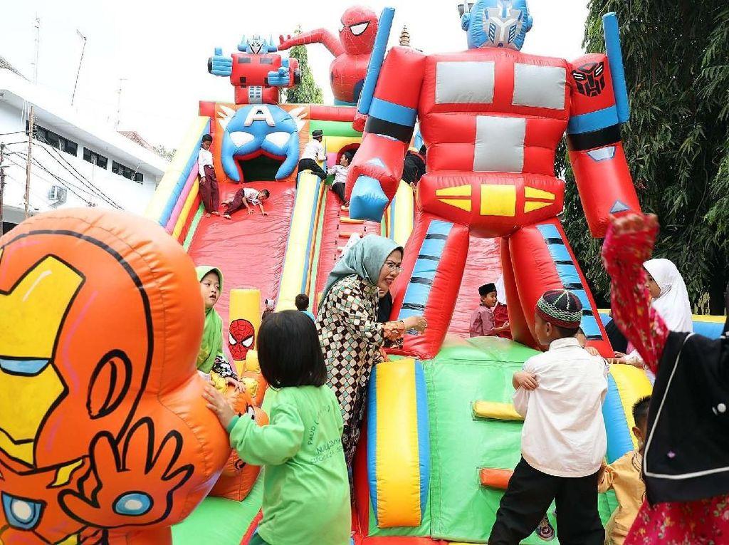 Bupati Serang Ratu Tatu Chasanah bersama ribuan anak yatim saat kegiatan Lebaran Anak Yatim di Tennis Indoor Setda Pemkab Serang, Kamis (20/9/2018). Pool/Pemkab Serang.