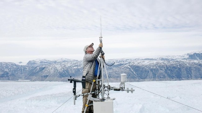 Bongkahan besar gletser yang berwarna biru, disebabkan karena besarnya kuantitas air dan oksigen pada gletser.