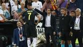 Pelatih Valencia Marcelino Garcia berusaha menghibur Cristiano Ronaldo yang berjalan meninggalkan lapangan usai mendapat kartu merah. (REUTERS/Sergio Perez)