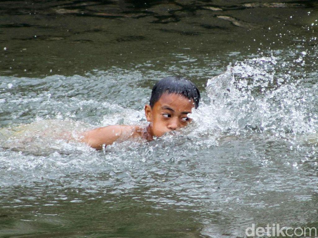 Air Surut, Sungai Ciliwung Jadi Tempat Berenang Anak-anak