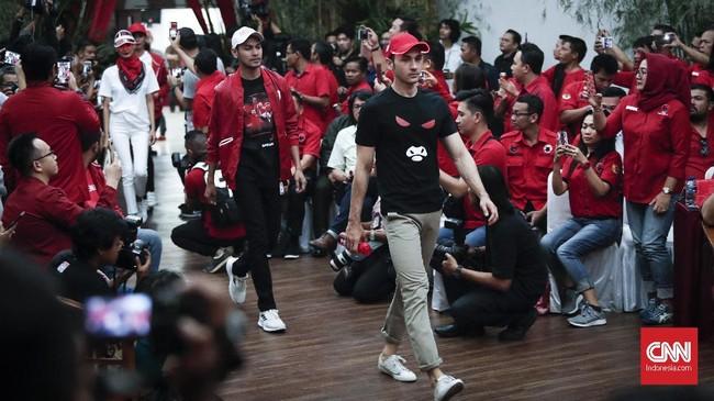 Desain atribut partai diklaim Sekjen PDIP Hasto Kristiyanto menyentuh alam rasa kaum milenial dan dikerjakan dengan mengedepankan kreativitas. (CNNIndonesia/Safir Makki)