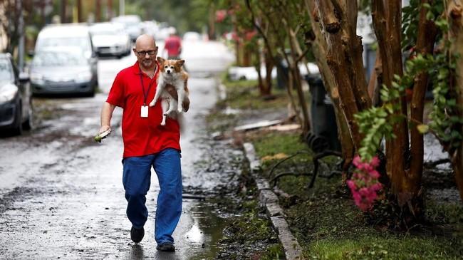 Berbekal pengalaman menghadapi Badai Harvey, kedua mantan Marinir ini tak ragu menolong hewan-hewan yang tak berdaya. (Reuters/Eduardo Munoz)