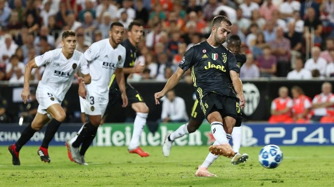 Miralem Pjanic kemudian menggandakan keunggulan Juventus kembali lewat tendangan penalti pada menit ke-51. (REUTERS/Sergio Perez)
