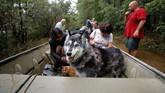 Tak hilang akal, Ryan Nichols dan David Rebollar menggunakan perahu karet yang dibawa khusus dari rumah mereka di Texas ke North Carolina. (Reuters/Jonathan Drake)