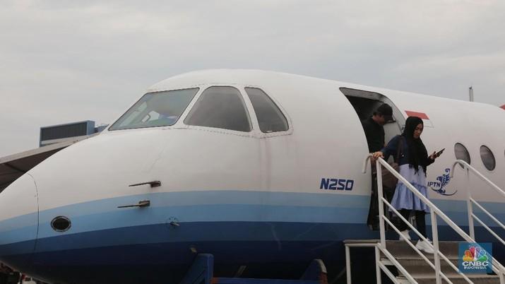 Pesawat N250 dan R80 dipajang di Kemayoran.
