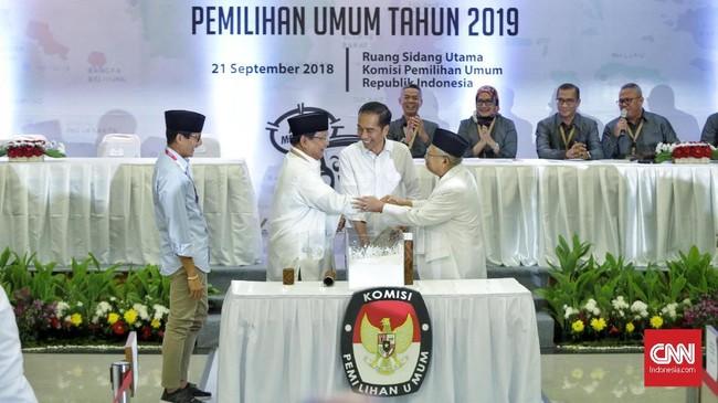 Pada proses pengambilan nomor urut, capres Prabowo mendapat kesempatan pertama. Setelah itu, giliran capres Jokowi mendapatkan kesempatan mengambil nomor urut.