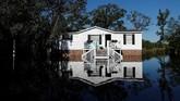 Menurut Biro Cuaca Nasional, tinggi sungai Cape Fear di North Carolina, diperkirakan akan melonjak empat kali lipat tinggi normal menjadi 19 meter. (Reuters/Randall Hill)
