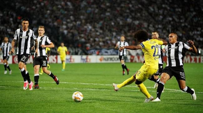 Chelsea juga meraih kemenangan 1-0 saat melawan klub asal Yunani PAOK Salonika pada pertandingan Grup L di Stadion Toumba. Gol cepat Willian pada menit ketujuh memastikan kemenangan Chelsea. (Reuters/John Sibley)