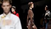 Miuccia Prada bermain dengan unsur-unsur klasik untuk menyulap benturan ekstrem antara yang konservatif dan yang bebas pada koleksi Spring/Summer 2019. (REUTERS/Stefano Rellandini)