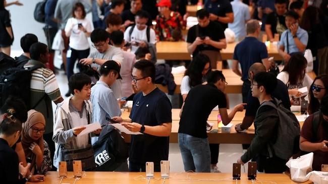 Selain iPhone XS dan iPhone XS Max, penjualan Apple Watch 4 juga secara resmi dilakukan di Apple Store di 30 negara. (REUTERS/Edgar Su)