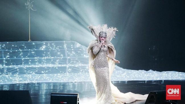 Masih di konsernya, Syahrini memilih gaun putih bertabur berlian berkilau dengan ekor yang lebar. Dia juga menggunakan jubah tinggi dan bulu buatan Sebastian Gunawan (CNN Indonesia/Andry Novelino)