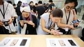 Pengunjung menjajal kinerja kamera iPhone XS dan XS Max di Shanghai, China. (REUTERS/Aly Song)