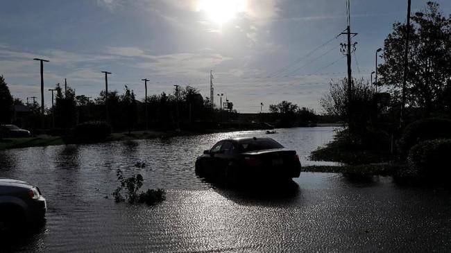 Banjir ini pun telah mengganggu upaya pemulihan listrik, membersihkan jalan, dan menyulitkan warga yang ingin kembali ke rumah mereka. (Reuters/Jonathan Drake)