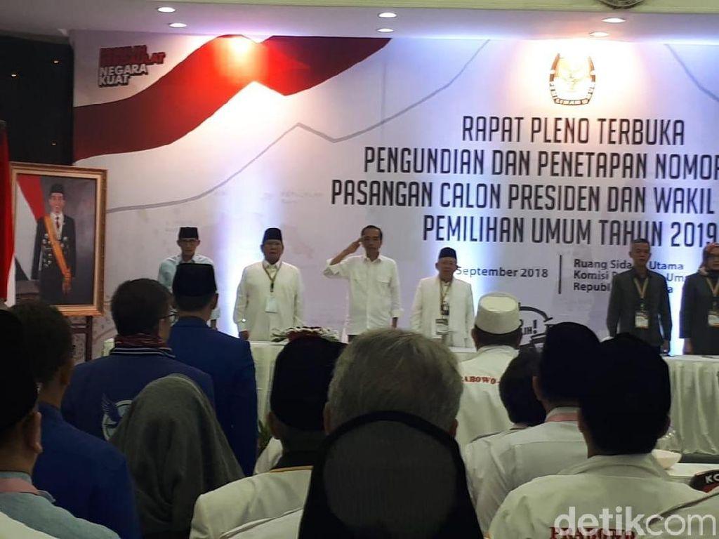 Para peserta lainnya juga berdiri sambil mengepalkan tangannya. Artinya, hanya Jokowi yang bersikap hormat. (Foto: Andhika Prasetia/ detikcom)