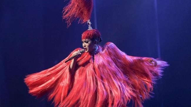 Saat melakukan konser perdananya bertajuk 10 Tahun Jambul Khatulistiwa, Syahrini memakai gaun berbulu berwarna merah. Gaun ini merupakan buatan desainerEddy Betty. (Dok. Berlian Entertainment).