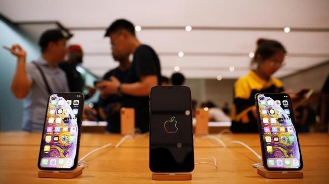 Apple Store di Orchard Road, Singapura mulai diwarnai antrian calon pembeli iPhone terbaru sejak Kamis (20/9) atau sehari jelang penjualan resmi hari ini (21/9). (REUTERS/Edgar Su)