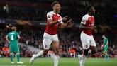 Pierre-Emerick Aubameyang mencetak gol pertamanya pada menit ke-32 setelah menerima umpan silang Alex Iwobi. (REUTERS/David Klein)