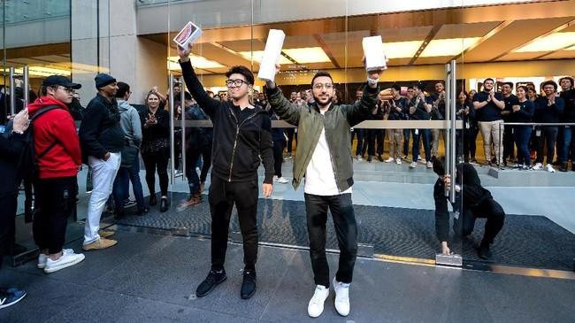 Teddy Lee dan Mazen Kourouchejadi orang pertama yang mendapatkaniPhone terbaru setelah mengantri di Apple Store Sydney, Australia, 21 September, 2018. (AAP/Paul Braven/via REUTERS)