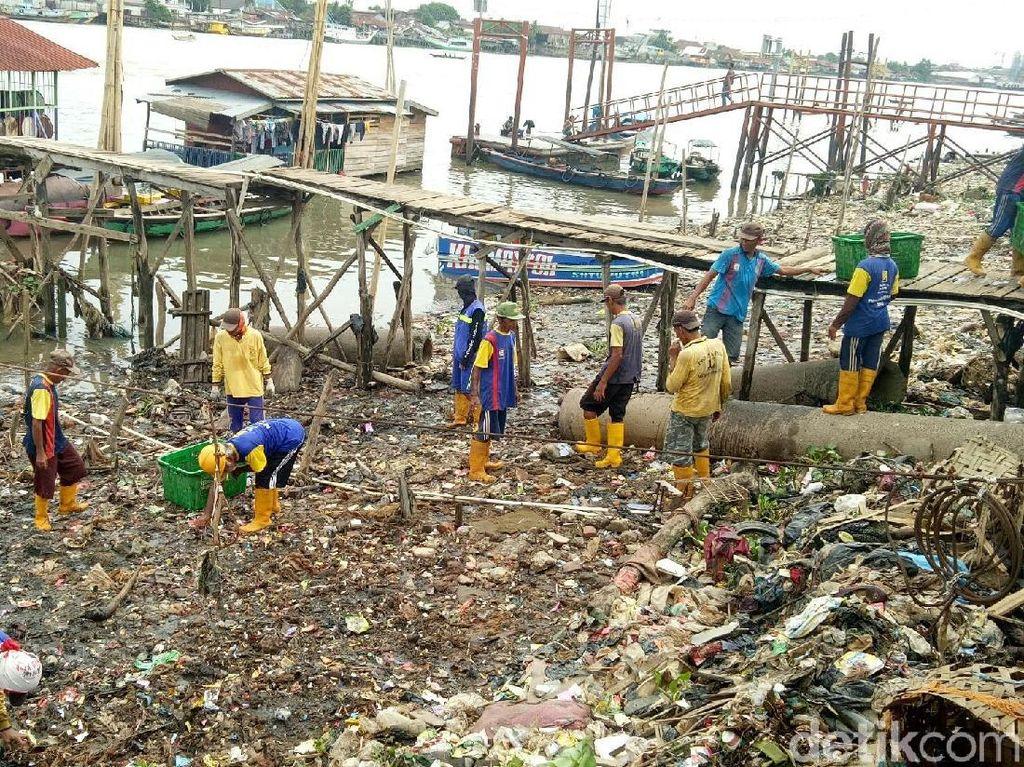 Foto: Petugas Berjibaku Angkut Tumpukan Sampah di Sungai Musi