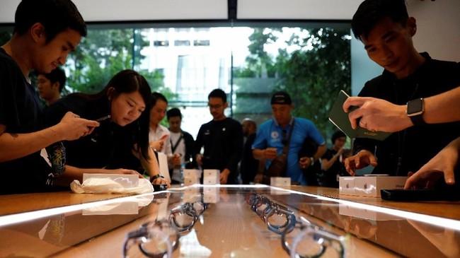 Apple Watch 4 dijual mulai dari harga US$399 (atau setara dengan Rp5,8 juta) yang dilengkapi dengan GPS. (REUTERS/Edgar Su)