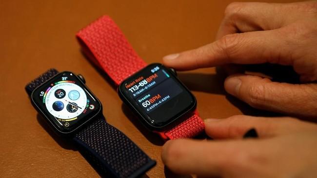 Apple merombakdesain utama Apple Watch 4 yang kini mengusung konsep edge-to-edge dengan layar melengkung hingga ujung. (REUTERS/Edgar Su)