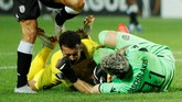 Winger Chelsea Pedro Rodriguez bertabrakan dengan kiper PAOK Salonika Alexandros Paschalakis. Dominasi Chelsea di sisa laga gagal membuahkan gol tambahan. (Reuters/John Sibley)