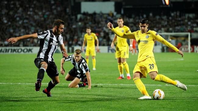 Penyerang Chelsea Alvaro Morata gagal mencetak gol ke gawang PAOK meski memiliki sejumlah peluang bagus. Morata digantikan Olivier Giroud pada menit ke-80. (Reuters/John Sibley)