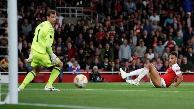 Penyerang asal Gabon Pierre-Emerick Aubameyang menjadi bintang Arsenal di pertandingan ini dengan mencetak dua gol ke gawang Vorskla Poltava. (REUTERS/David Klein)