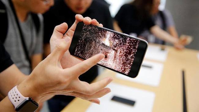 Setelah lebih dari satu dekade, untuk pertama kalinya Apple merilis dua perangkat iPhone XS dan iPhone XS Max yang mendukung dual jaringan seluler.(REUTERS/Aly Song)