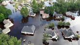 Polusi lingkungan juga dikhawatirkan akan meningkat di wilayah itu karena banjir ikut menyapu kotoran manusia dan hewan. (Reuters/Jason Miczek)
