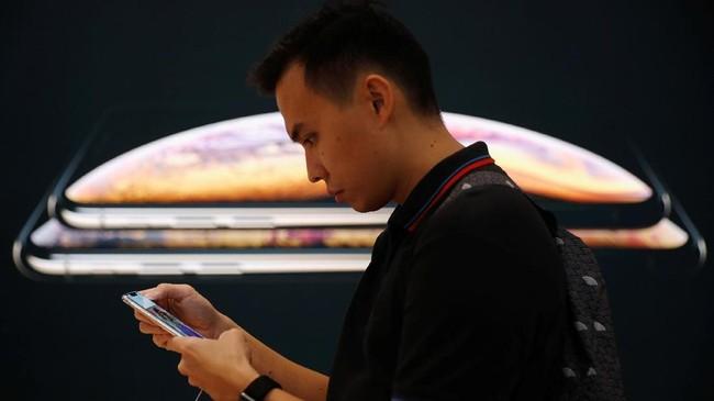 Selain bisa membawa pulang iPhone generasi terbaru, pengunjung juga bisa langsung menjajal fitur dan teknologi baru di Apple Store. (REUTERS/Edgar Su)