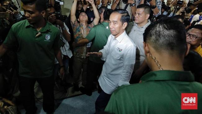 Pendukung pasangan Jokowi-ma'ruf menyambut baik nomor urut 1 yang diperoleh jagoan mereka.Para relawan langsung meneriakkan jargon 'Jokowi Satu Kali Lagi'.