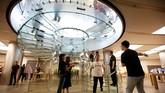 Pemandangan berupa antrian fanboys (sebutan untuk fans Apple) menjadi hal yang lumrah ditemui di sejumlah Apple Store di Singapura, Dubai, Berlin, Beijing, hingga Sydney.(REUTERS/Jason Lee)
