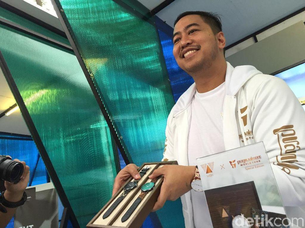 Tur Komedi ke Luar Negeri, Pandji Pragiwaksono Akan Bawa Jam Tangan Batik