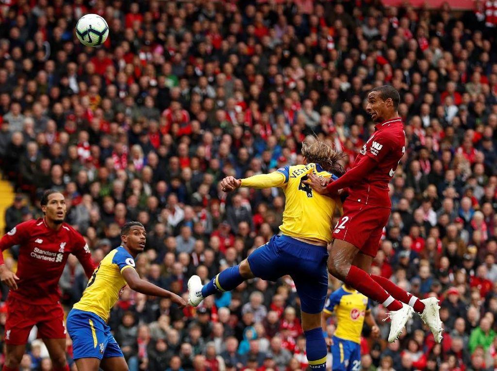 Keunggulan Liverpool bertambah di menit ke-21 ketika korner Trent Alexander-Arnold disundul oleh Joel Matip ke gawang Alex McCarthy. (Lee Smith/REUTERS)
