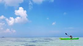 Bersiap Menjelajahi Pulau Roon dengan Kayak