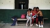 Yeimy (37), misalnya, yang tak kuasa menangis mengingat pemerkosaan yang dilakukan oleh empat anggota kelompok bersenjata revolusioner kolombia (FARC) 12 tahun lalu. (REUTERS/Nacho Doce)