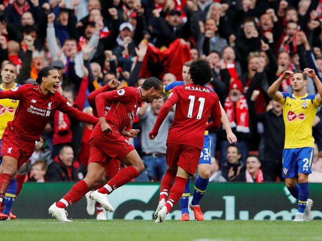 Ini adalah gol pertama Joel Matip untuk Liverpool di Anfield setelah bergabung dengan klub tersebut musim panas 2016. Matip gembira sekali merayakan gol ini. (Phil Noble/Reuters)