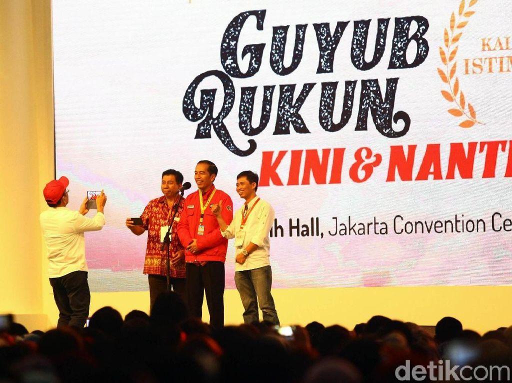 Sejumlah alumni Universitas Gadjah Mada berfoto dengan Jokowi.