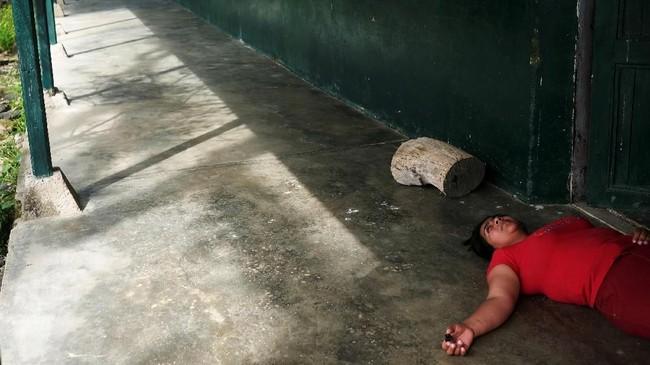 Sementara Yeimy diperkosa, sang suami, Elkin disiksa oleh FARC lantaran menolak membayar pajak revolusioner. (REUTERS/Nacho Doce)