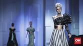 Seba juga memberikan sentuhan motif pada beberapa tampilan, seperti goresan abstrak penuh warna atau corak garis horisontal pada cocktail dress. (CNN Indonesia/Hesti Rika)
